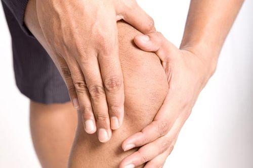 Закусывает коленный сустав