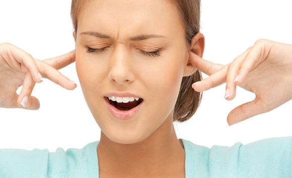 Почему закладывает уши без причины